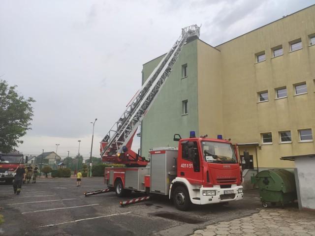 Ulewa w Brzegu. Uszkodzony dach szkoły przy ul. Lompy