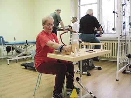 Magdalena Jankowska prowadzi rehabilitację kolejnej pacjentki.