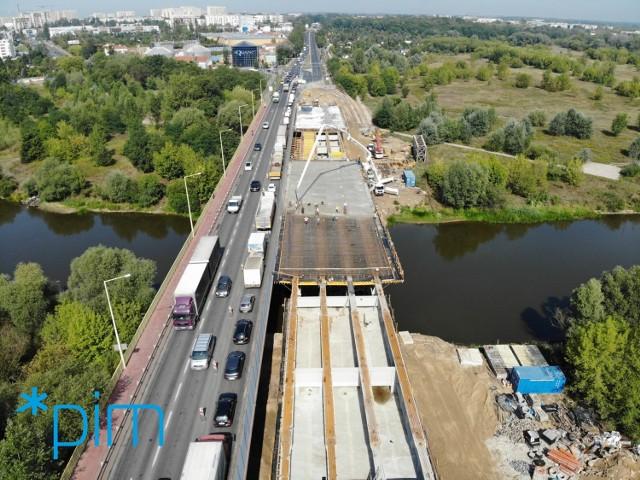 Północna nitka mostu Lecha w Poznaniu ma być ponownie przejezdna w grudniu 2019 r. Na razie prace przebiegają zgodnie z harmonogramem. Tak wygląda plac budowy w sierpniu 2019 r.  Przejdź do następnego zdjęcia ----->