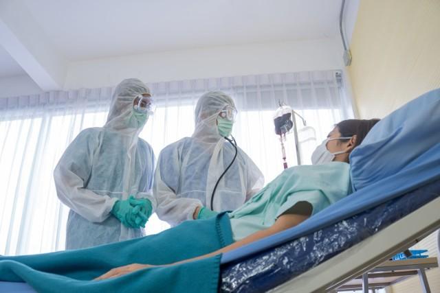 Większość osób leczonych w szpitalu z powodu COVID-19 odczuwa skutki infekcji przez co najmniej 6 miesięcy od choroby