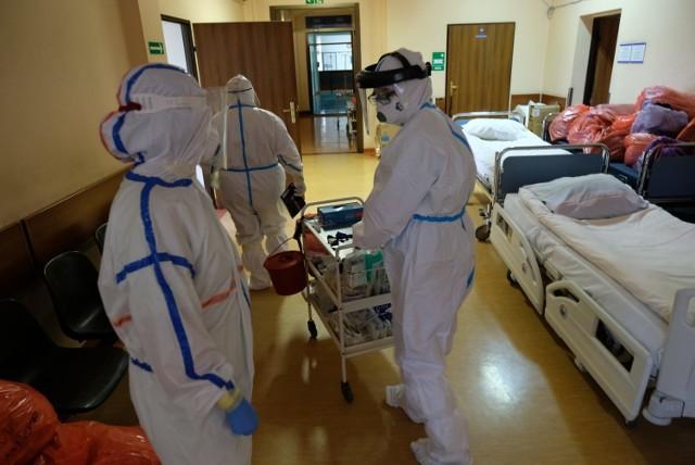 Codzienność oddziału covidowego w szpitalu w Gliwicach. Cieżko chorzy ludzie, a dla pracowników niekończący się wysiłek, ciągła czujność, 24-godzinne poświęcenie.   Zobacz kolejne zdjęcia. Przesuwaj zdjęcia w prawo - naciśnij strzałkę lub przycisk NASTĘPNE