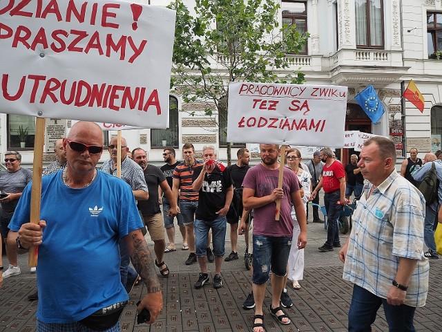 Kolejny w ciągu dwóch tygodni protest pracowników miejskiej spółki Zakład Wodociągów i Kanalizacji. Tym razem nie pod siedzibą ZWiK, a Urzędem Miasta Łodzi. CZYTAJ DALEJ NA NASTĘPNYM SLAJDZIE>>>