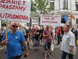 Protest. Związkowcy Zakładu Wodociągów i Kanalizacji przyszli z taczkami pod Urząd Miasta Łodzi ZDJĘCIA