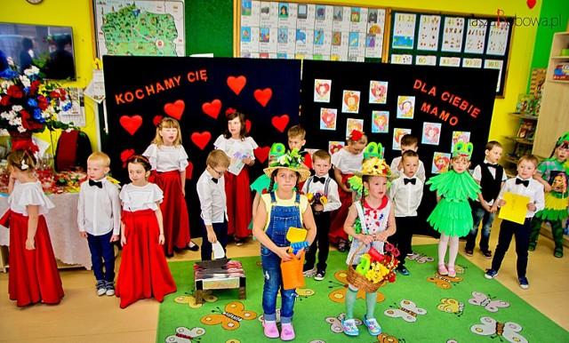 Uroczystość odbyła się w klasach grupy pierwszej i piątej z których dzieci do występów były przygotowywane pod czujnym okiem swoich wychowawczyń.