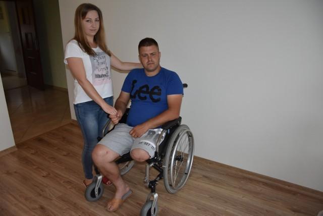 Daniel Walaszek porusza się na wózku inwalidzkim. Na co dzień może liczyć na wsparcie bliskich,  w tym żony - Justyny