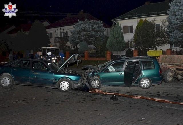 Wypadek pod Biłgorajem. Kierowca seata wyprzedzając ciągnik doprowadził do czołowego zderzenia