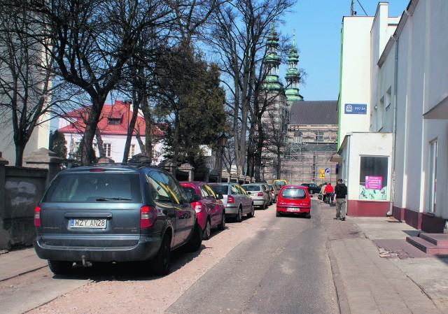 W ulicy Pijarskiej została już ułożono nowa kanalizacja sanitarna. Niebawem pojawi się tam nowy asfalt