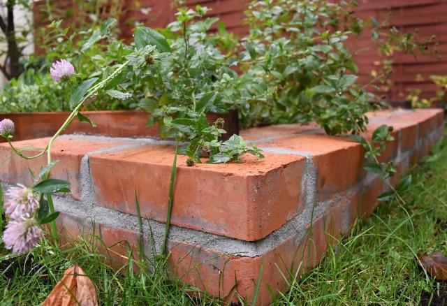 Cegła to nie tylko dobry i sprawdzony przez wieki materiał budowlany, ale również często sięgają po niego projektanci ogrodów i małej architektury  Murek. Fot. Archiwum  Grille. Fot. Archiwum/Firebricks