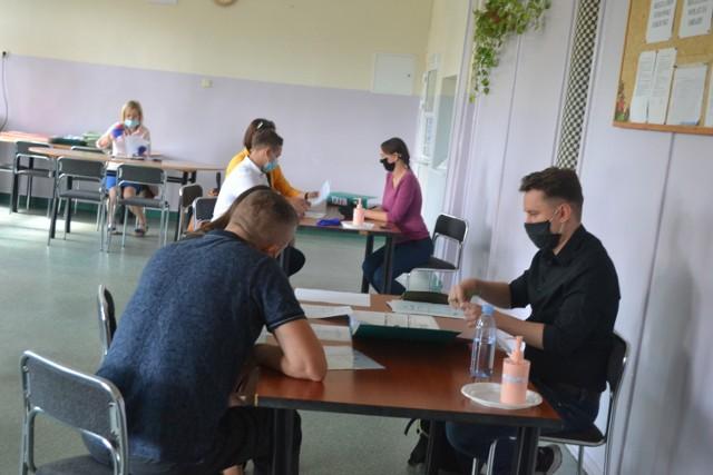 W Sosnowcu trwa rekrutacja do szkół ponadpodstawowych. Chętnych do nauki w IX LO nie brakuje.