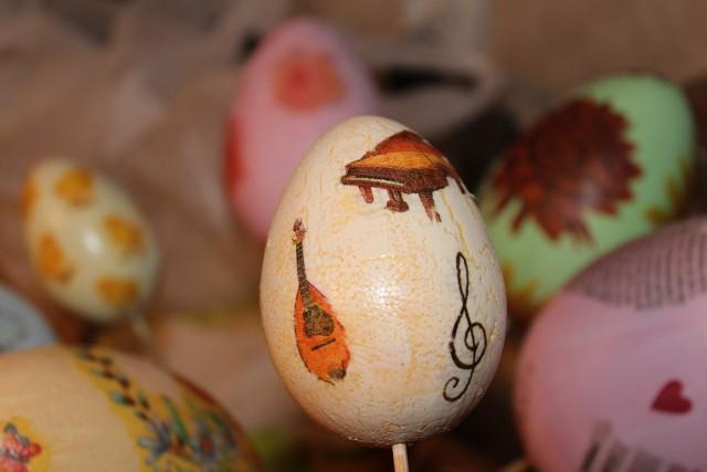 Efekty potrafią zaskoczyć! Nie zrażaj się, jeżeli pierwsze jajka nie wyjdą perfekcyjnie. Do przygotowania jajek techniką decoupage nie musisz być absolwentem ASP, wystarczą chęci i dobry pomysł.