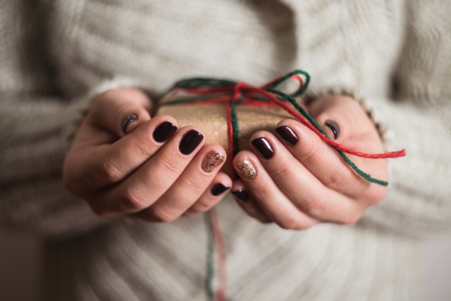 Poszukujesz inspiracji na paznokcie na święta? Poniżej znajdziesz garść pomysłów i wskazówek co do tego, jakie kolory oraz wzory królują na świątecznych paznokciach!