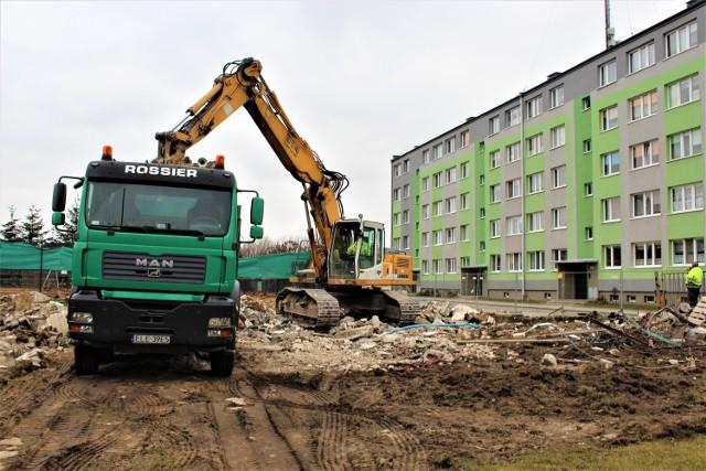Trwa rozbiórka budynku przy kortach tenisowych w Łęczycy. Powstanie tam parking ---> ZDJĘCIA