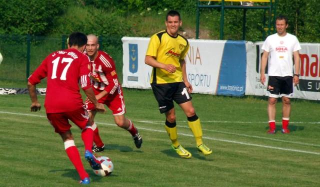 MKS Trzebinia Siersza (żółte stroje) i Soła Oświęcim po raz drugi z rzędu zagrają w finale piłkarskiego Pucharu Polski w zachodniej Małopolski.