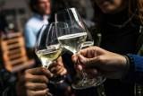 Alkohol i papierosy w górę. Akcyza w 2022 zmieni ceny używek. O ile zdrożeją wódka, piwo, wino i papierosy?