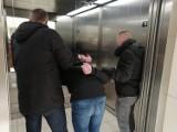 Policjanci z Piotrkowa zatrzymali poszukiwanego złodzieja i sprawcę rozboju. 21-latek został złapany w galerii Focus Mall