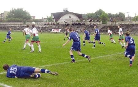 Unia (ciemne stroje) długo utrzymywała w Będzinie bezbramkowy remis. Za piłką wybitą przez Łukasza Machera (leży) ruszają Wojciech Nowak (14) i Mariusz Liszka (8).