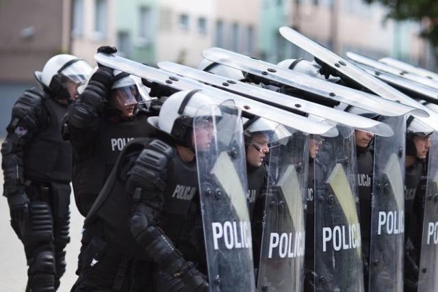 """Przez okres szkolenia policjant-kursant który przebywa na stacjonarnym szkoleniu podstawowym, zarabia miesięcznie """"na rękę"""" średnio 2.824 zł – ma on zapewnione na czas kursu zakwaterowanie i wyżywienie."""