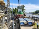 Kuter rybacki już stoi wewnątrz budowy Muzeum Archeologii Podwodnej w Łebie