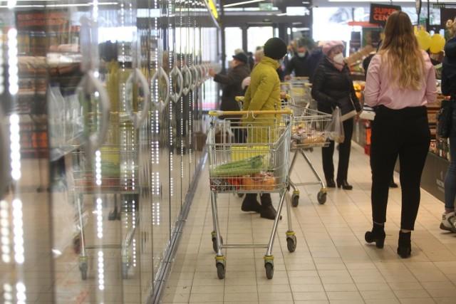 Eksperci sprawdzili ceny w  jedenastu sieciach handlowych w tym w jednej oferującej zakupy online. W tym gronie Oczywiście nie mogło zabraknąć takich dyskontów jak Biedronka, Lidl, Kaufland, Carrefour Auchan, Tesco i inne. Eksperci co miesiąc sprawdzają, jakie mają ceny nabiału, mięsa i wędlin, napoi, słodyczy, alkoholi, chemii domowej i kosmetyków.  W sześciu sieciach ceny w maju były nieznacznie niższe niż w ubiegłym miesiącu. W najdroższym sklepie w maju zakupy kosztowały w przybliżeniu 257,51 zł, o 17% więcej niż w najtańszym - tam średni koszt koszyka zakupowego wyniósł 210,52 zł.  Jaki sklep jest najtańszy w Polsce? W jakim ceny są zdecydowanie najwyższe? Sprawdźcie ranking w dalszej części galerii!  Czytaj dalej. Przesuwaj zdjęcia w prawo - naciśnij strzałkę lub przycisk NASTĘPNE  POLECAMY TAKŻE: Koniec handlu w niedziele? Rząd chce zamknąć nawet Żabki!