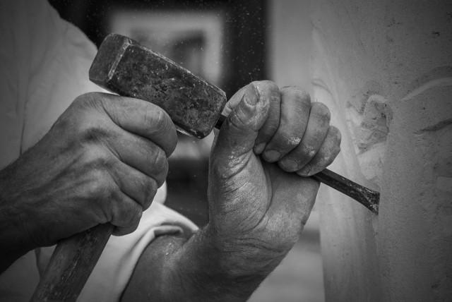"""Lustrowany artysta rzeźbiarz miał być jako student zrejestrowany jako TW """"Wacek"""" i po półtora roku wyrejestrowany przez esbecję, bo do niczego nie przydał... Po czterech dekadach stanie przed sądem w Toruniu, oskarżony przez prokuraturę IPN o zatajenie tajnej i świadomej współpracy."""