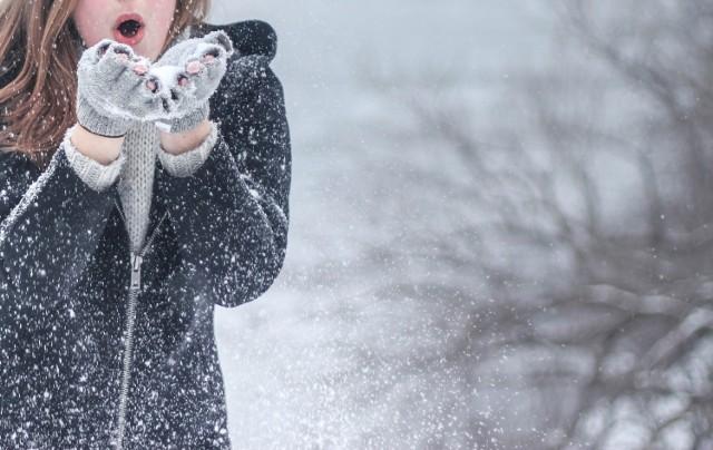 STYCZEŃ 2022 Średnia miesięczna temperatura powietrza oraz miesięczna suma opadów atmosferycznych na obszarze całego kraju najprawdopodobniej będzie kształtować się powyżej normy wieloletniej z lat 1991-2020.  W styczniu 2022 roku zdaniem IMGW nie zabraknie opadów i prawdopodobnie zrobi się ciepło! Temperatura wzrośnie i zacznie przekraczać normę. Przybędzie także opadów atmosferycznych, których ma być więcej niż zazwyczaj o tej porze roku.