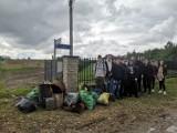 """Uczniowie """"Staszica"""" w akcji Sprzątania Świata. Zebrali mnóstwo śmieci (ZDJĘCIA)"""