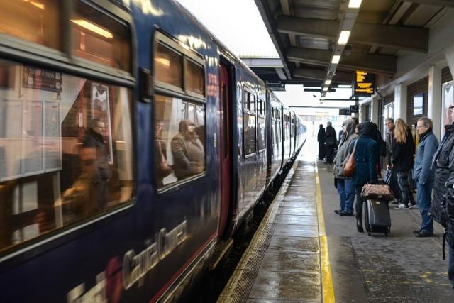 Podróże pociągiem bywają długie i męczące. Szczególnie dla pasażerów przedziału, w którym zachowanie osób podróżujących pozostawia wiele do życzenia.   PKP jasno określa w regulaminie zachowania, które są zabronione w pociągu. Za nie możesz dostać mandat. W niektórych przypadkach złamanie regulaminu grozi nawet wyrzuceniem z pociągu. Sprawdź w naszej galerii, na co warto uważać.  Szczegóły na kolejnych slajdach.