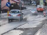 Opady w Ustce utrudniają ruch drogowy w mieście i okolicach