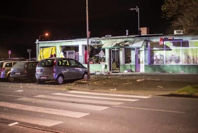 Złodzieje wysadzili bankomat. Przy okazji uszkodzony został pobliski sklep, a także znajdujące się obok samochody.