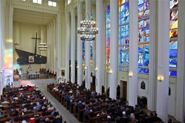 Ile płacimy za pogrzeb, ślub czy chrzest w wybranych przez nas parafiach? Zobacz, ile Polacy włożyli do koperty w dalszej części galerii.