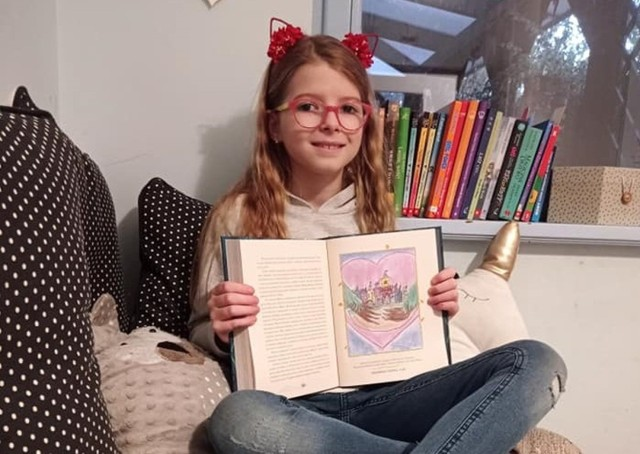 """Małgosia Trzecka, uczestniczka sekcji KCK, wzięła udział w konkursie na ilustracje do książki pt. """"Ikabog"""" autorstwa J. K. Rowling - twórczyni popularnej serii książek o Harrym Potterze"""