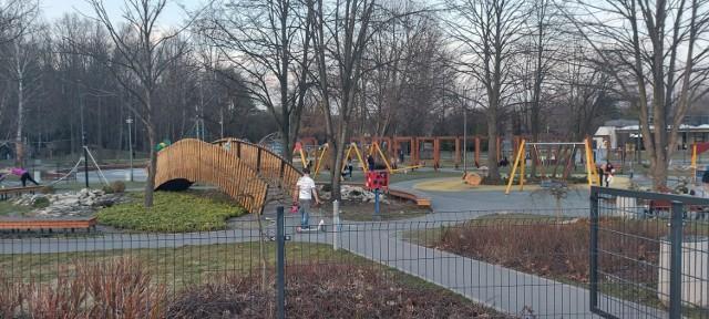 W środę, 31 marca, późnym popołudniem w Parku Kuronia w Sosnowcu było sporo spacerowiczów. Niektórzy odpoczywali przy tężni solankowej.   Zobacz kolejne zdjęcia. Przesuń zdjęcia w prawo - wciśnij strzałkę lub przycisk NASTĘPNE