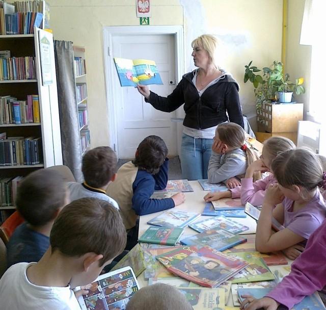 Iwona Rutkowska czyta dzieciom Fot. Justyna Bartkowiak