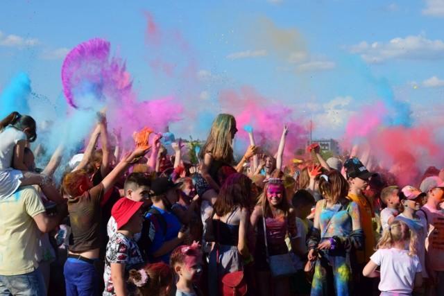 Mieszkańcy Inowrocławia bawili się w rytm hitów puszczanych przez DJ'a i obsypywali się proszkami holi. Zobaczcie, jak wyglądali w trakcie i po zakończeniu imprezy >>>>>