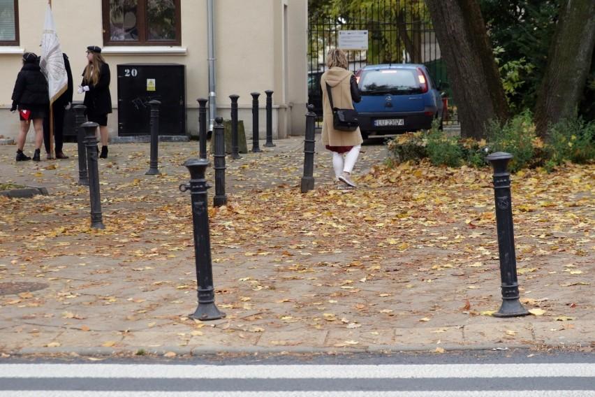 Lublin. Liście na chodnikach i ścieżkach rowerowych stwarzają zagrożenie. - Zostaną posprzątane w najbliższym czasie - zapewnia ratusz