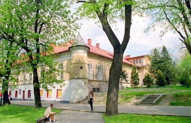 Klasycystyczny parterowy pałac Bobrowskich zwany Zamkiem Andrychowskim