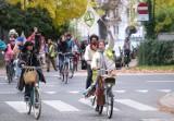 """VELOciraptory, czyli wielki przejazd rowerowy przez Warszawę w obronie klimatu. """"Nie chcemy skończyć jak dinozaury"""""""