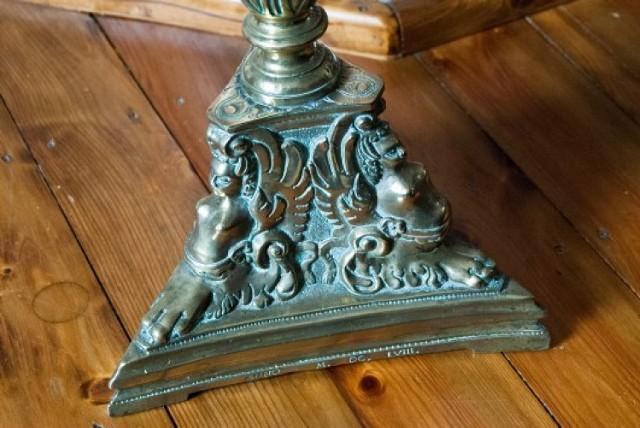 Kryminalni ze Szczecina odnaleźli zabytkowe barokowe lichtarze i żyrandol, które zaginęły kilka lat temu.