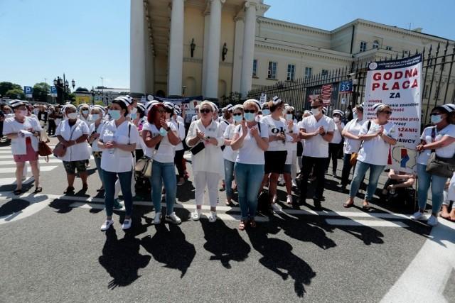 07.06.2021 warszawa  protest pielegniarek i poloznych przed urzedem wojewody mazowieckiego n/z  fot. adam jankowski / polska press