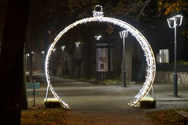 Międzychód już rozbłysnął świąteczną iluminacją. Burmistrz Krzysztof Wolny zapowiada jednak, że to nie koniec, bo będą jeszcze niespodzianki.