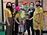 Fundacja Dr Clown podziękowała sieradzkim pielęgniarkom z okazji ich święta (zdjęcia)