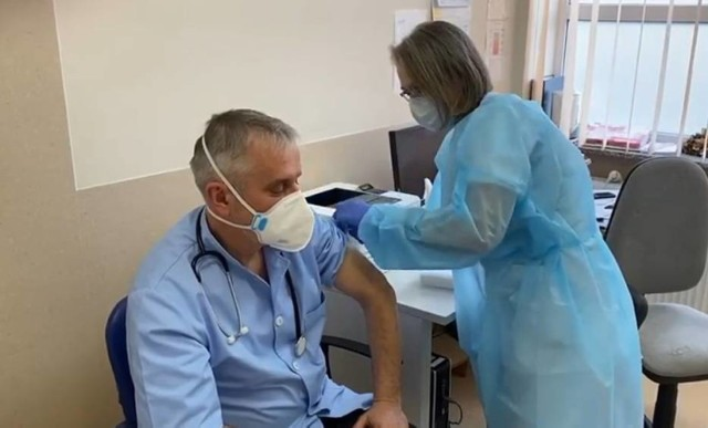 Prezydent Wałbrzycha Roman Szełemej, jako pracownik służby zdrowia zaszczepił się na covid - 19 już w styczniu. Teraz wystąpił z inicjatywą, by szczepienia były obowiązkowe w Wałbrzychu i całym kraju.