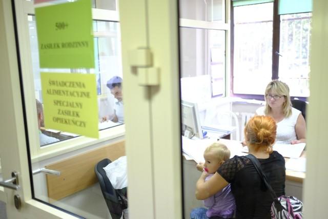 Zasiłek rodzinny to jedno z najstarszych w Polsce świadczeń. Przysługuje rodzinom z najniższym dochodem. Jego wysokość jest uzależniona od wieku dziecka, ale najwyższa kwota, jaką można dostać z tego tytułu to 135 złotych. Warto jednak pamiętać, by złożyć wniosek jak najwcześniej. Co warto wiedzieć?  Czytaj dalej. Przesuwaj zdjęcia w prawo - naciśnij strzałkę lub przycisk NASTĘPNE