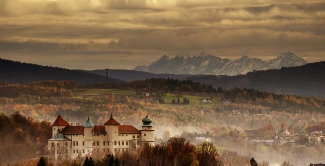 Zdjęcie Tatr, wykonane w okolicach Nowego Wiśnicza, na pierwszym planie Zamek Kmitów i Lubomirskich w Wiśniczu