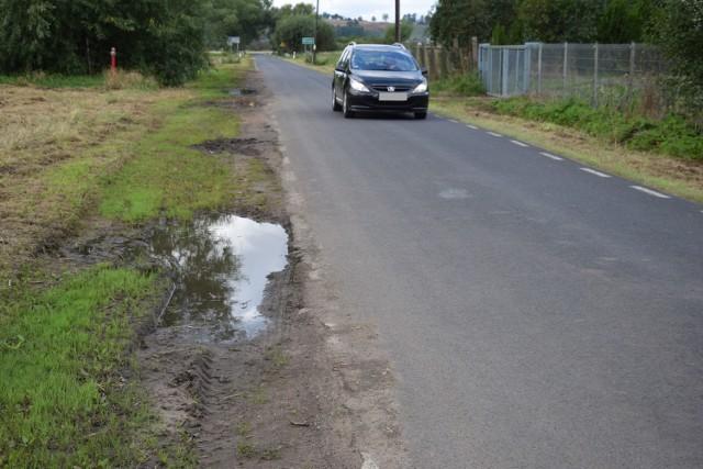 Droga z Chełmna do Gruczna jest wąska. Kierowcy często muszą zjeżdżać na pobocze. A to, jak widać, nie wygląda dobrze
