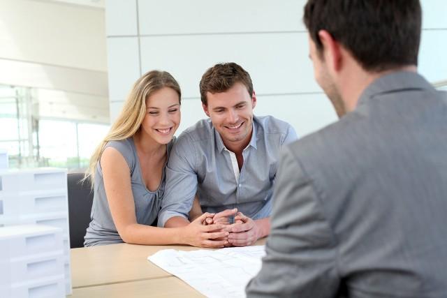 Większe możliwości uzyskania kredytu z dopłatami mają osoby, które wybiorą bank niewymagający odpisu aktu małżeństwa na etapie składania wniosku kredytowego