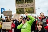 Wałbrzych: Protest pod szpitalem. Słowne utarczki zwolenników i przeciwników Romana Szełemeja (ZDJĘCIA)