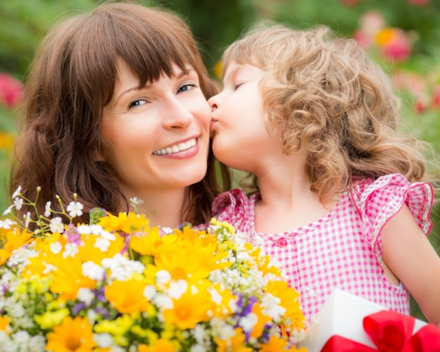 Kwiaty to świetny upominek na Dzień Matki. Zobacz, jakie wybrać.