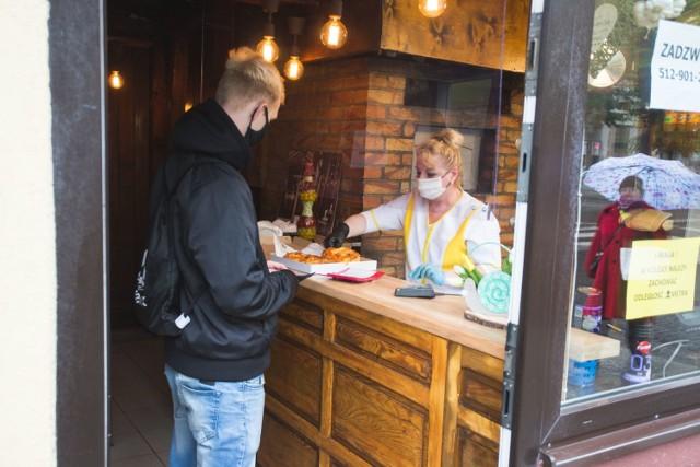 Po ponad dwumiesięcznym zamknięciu od 18 maja restauracje, bary i kawiarnie ponownie - również w Słupsku - są dostępne dla klientów. Korzystanie z usług jest na razie możliwie w ścisłym reżimie sanitarnym.