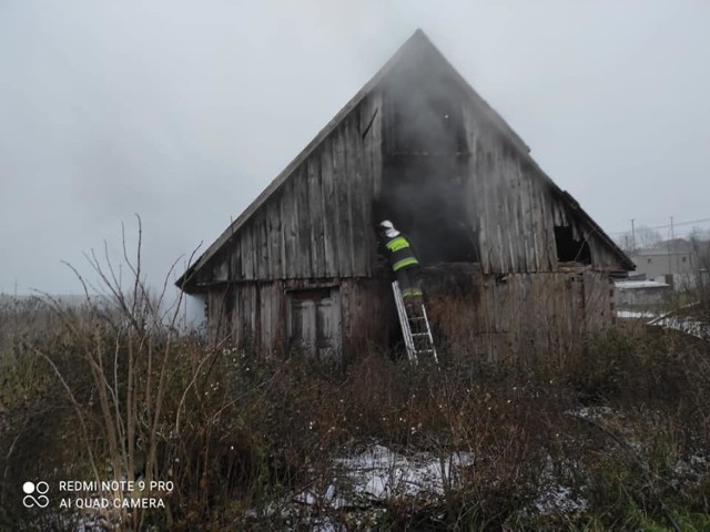 Strażacy gasili pożar pustostanu w Starym Błonowie pod Łasinem